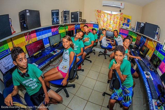 Crianças no laboratório de informática da Escola Viva Olho do Tempo. Foto: Thiago Nozi