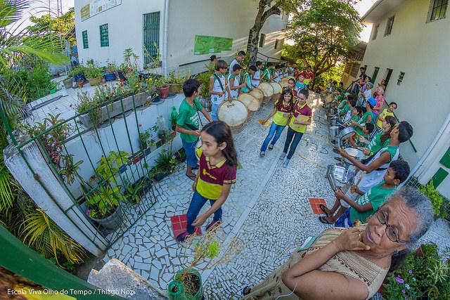 Mestra Doci e as crianças da Escola Viva Olho do Tempo. Foto: Thiago Nozi