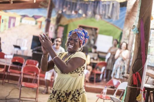 Alê, a jongueira que fez a família voltar a tocar tambor