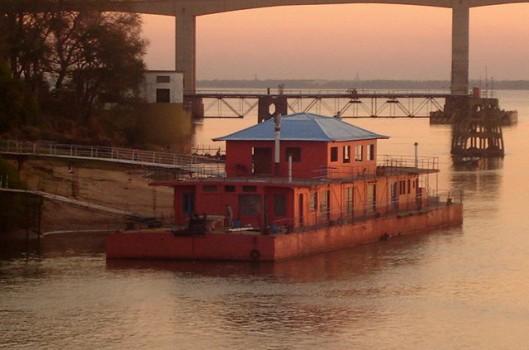 """Centro Cultural Flotante Siete Corrientes: um """"grão de areia"""" sobre o Rio Paraná"""