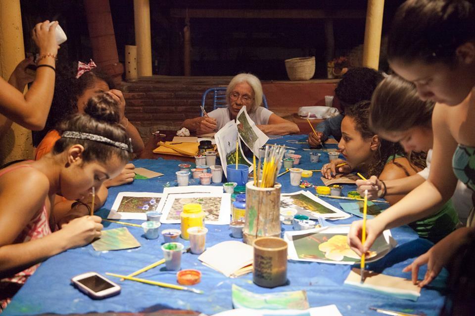 Doroty Marques e a turma da oficina de pintura e cenografia do projeto Todos Nós, em São Jorge