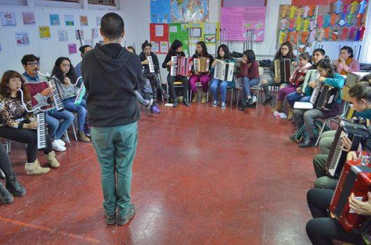 """""""Escuela Artística Comunitaria de Lo Espejo"""": um espaço aberto e de fôlego longo"""
